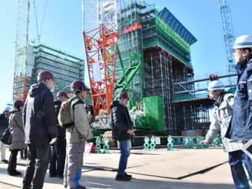 閉伊川水門の建設現場で、工事の説明を受ける市民ら=25日、宮古市