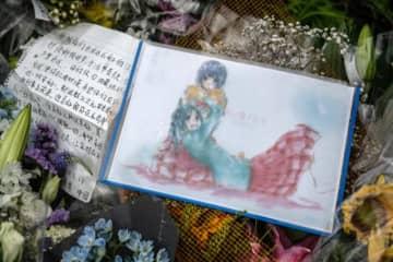 アニー賞が京アニ追悼 京都アニメーション近くに供えられた花やイラスト - Carl Court / Getty Images