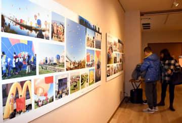 40回記念大会を多彩な写真や映像で振り返る展示会=佐賀市松原の佐賀バルーンミュージアム