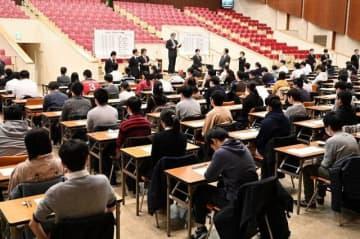 試験開始前に職員から注意事項の説明を受ける受験生