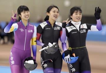 スピード女子団体追い抜きで優勝し、笑顔を見せる(右から)小坂、福田、真野の山形中央チーム=明治北海道十勝オーバル