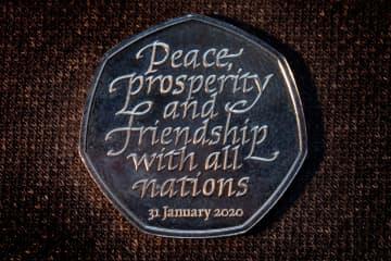 英政府が公表したEU離脱の記念硬貨(英PA通信=共同)
