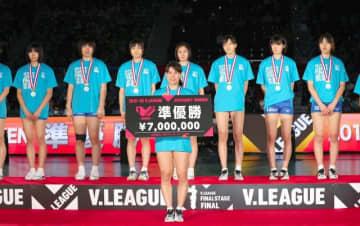試合後、準優勝の表彰を受ける吉田みなみ(中央)ら岡山シーガルズの選手たち=国立代々木競技場