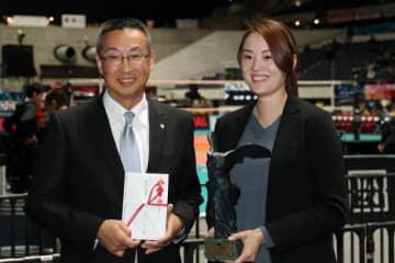 功労者表彰の山口舞さん(右)と優秀GM賞の関明夫副部長