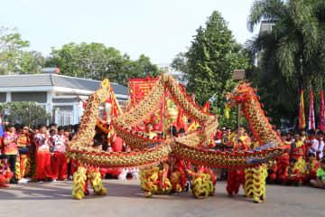 竜舞・獅子舞で華やかに春節祝う カンボジア