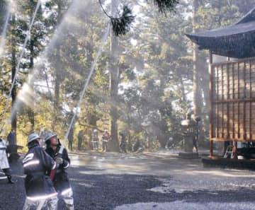 文化財防火 決意込め放水 小矢部の埴生八幡宮