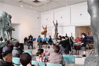彫刻に囲まれて音楽を 渋川青翠高吹奏楽部が美術館でコンサート