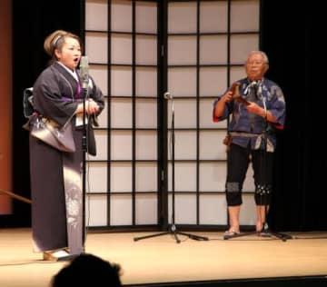 独特の節回しで音戸の舟唄を歌う甲斐さん(左)