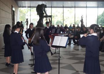 現美展開催中の県近代美術館で開かれた県立緑岡高生によるギャラリーコンサート=水戸市千波町