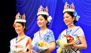 第39代ミス沖縄に選ばれた(左から)岩本華奈さん、山里ひかるさん、新里瑞紀さん=26日、浦添市・国立劇場おきなわ