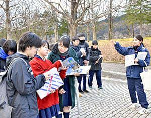 公園内を視察する生徒たち