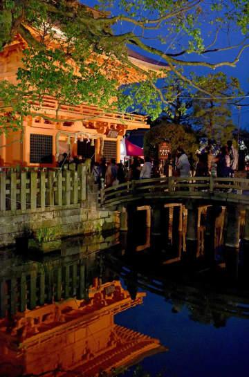 44年ぶりに塗り替えられた楼門が夕闇に映える=佐賀市与賀町の與賀神社
