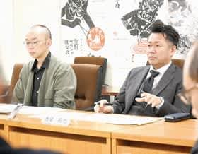 意見交換する議会サポーターの(右から)西尾さん、石川さん