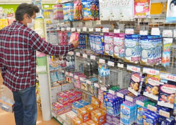 マスクを買い求める客。例年以上の売れ行きで一部商品は欠品となっている=26日午後、福島市・ハシドラッグ信陵店