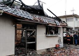 火事で焼け落ちた民家=27日午前8時9分、兵庫県多可町