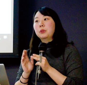 北欧で得た知見を講演で紹介する鶴田七瀬さん=25日、女子栄養大学