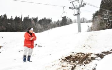 雪不足が続き、営業を開始できずにいる西和賀町営湯田スキー場。26日の積雪は約30センチとなった=同町湯之沢