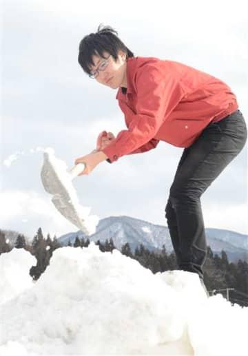 雪壁のスクリーンの試作に汗を流す濱野さん=道の駅かづの駐車場