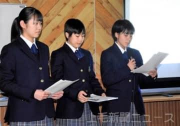 フィールドワークの成果を報告する1年生の代表生徒