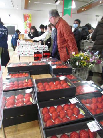 大粒のイチゴを買い求める人々(東近江市妹町・あいとうマーガレットステーション)