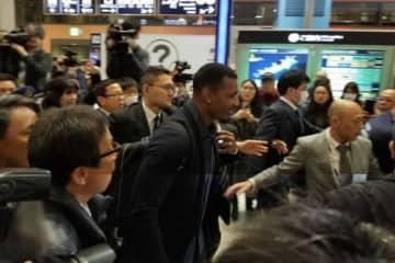 空港で大勢のファンに囲まれるオリックスのアダム・ジョーンズ【写真:編集部】
