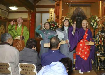 節分を前に補陀洛山寺で行われた豆まき=27日、和歌山県那智勝浦町