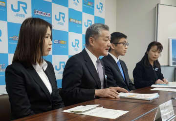 大学生と連携して企画した旅行プランについて説明するJR四国の半井真司社長(左から2人目)=27日、高松市