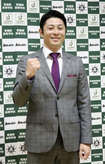 東福岡で指導することになったプロ野球ロッテで活躍したOBの伊藤義弘氏=27日、福岡市博多区