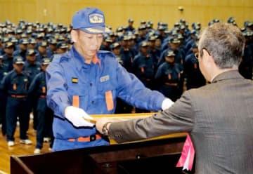 表彰を受ける消防団員