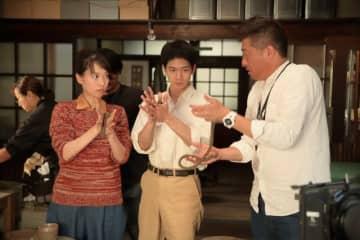 戸田恵梨香さん、松下洸平さんに陶芸を教える高畑宏亮さん(右端)=NHK提供