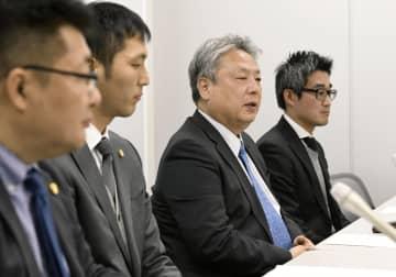 加盟店契約解除を巡る仮処分の第1回審尋を終え、記者会見する松本実敏さん(左から3人目)ら=27日、大阪市