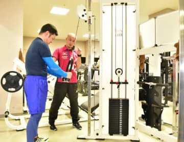 ザオバ社から寄贈されたトレーニングマシンを使う利用者。W杯のレガシーを受け継ぎ、アスリートの育成や市民の健康増進につなげる
