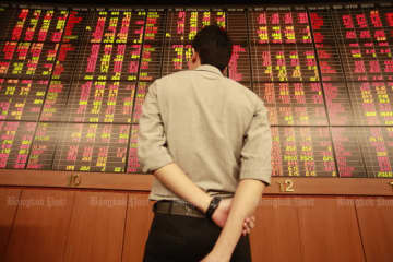 The SET index nosedived 2.89% to close at 1,524.15 points due to concern over the sharp drop of Chinese arrivals. (Bangkok Post file photo)