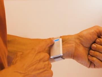 小さなエアコンを手首に! 体感温度を調節するリストバンド「Embr Wave Bracelet」