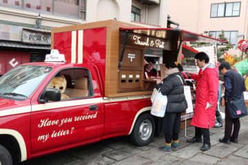 その場で撮影した風景を絵はがきにして送ることができるポストカー=長崎市内