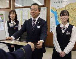 署長感謝状を受け取るJA兵庫六甲垂水支店の(左から)高橋朋子さん、春中裕二さん、梅田汐音さん=垂水署