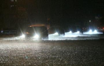大雨で冠水した道路=27日午後7時25分、佐伯市中村東町