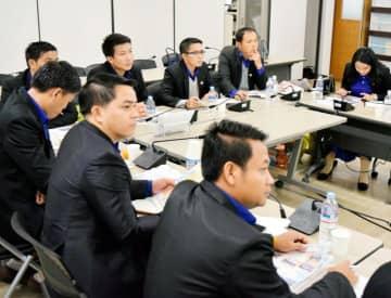 西日本豪雨時の状況や、防災・減災対策について学ぶラオスの行政官=27日午後、県庁
