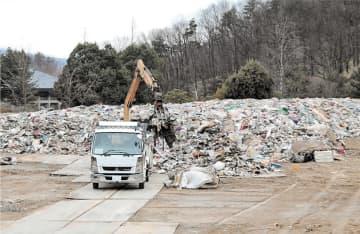 災害廃棄物を載せて新潟へ向かうトラック