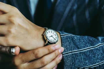外出時にかならず腕時計をする? 「時間確認ならスマホで十分」との声も