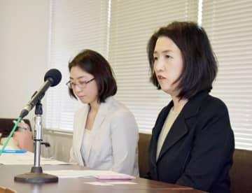 公立保育所の再編方針案に対し見直しを求め会見する深沢さん(右)ら=27日、銚子市役所