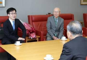 松田社長にA級入りを報告する菅井八段(左)=山陽新聞社
