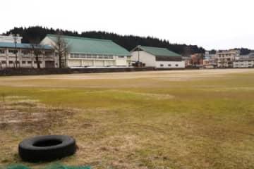 雪まつりのメイン会場だった十日町高校グラウンドは27日現在、積雪はない=十日町市本町西1
