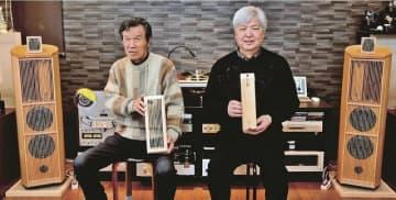 紀州ウッドスピーカーを手掛ける早出正さん(右)と山本敏雄さん=和歌山県白浜町で