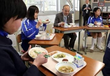 自分たちが考えた給食を藤沢副市長(左から3人目)と味わう川上小6年生