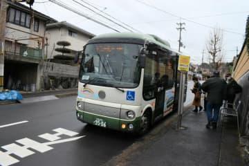 住宅街を走る自治会運営の路線バス「レインボウバス」(宇治市明星町)
