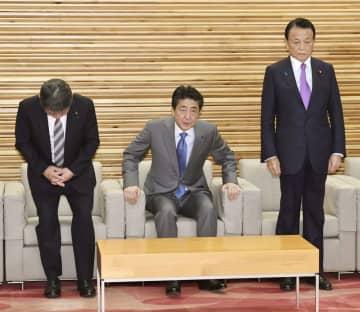 閣議に臨む(左から)茂木外相、安倍首相、麻生財務相=28日午前、首相官邸