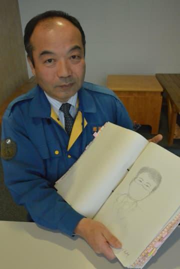 目撃情報を元に描いた特殊詐欺の容疑者の似顔絵を手にする村上警部補(大津市打出浜・県警本部)