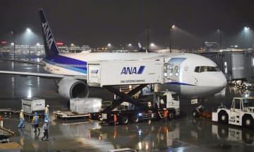 中国湖北省の武漢に滞在する邦人を帰国させるため、出発準備をするチャーター機=28日夜、羽田空港