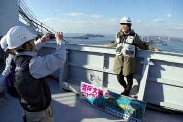 瀬戸大橋スカイツアーを楽しむ参加者=昨年11月